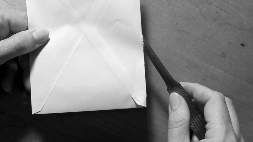 briefoeffner mit kuvert und hand
